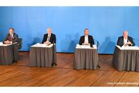 Die Verhandlungsführer erläutern das Ergebnis den Medien, v.l.n.r.: Ulrich Mädge (VKA), Horst Seehofer (Bund), Frank Werneke (ver.di), Ulrich Silberbach (dbb) (Foto: © Friedhelm Windmüller / dbb)